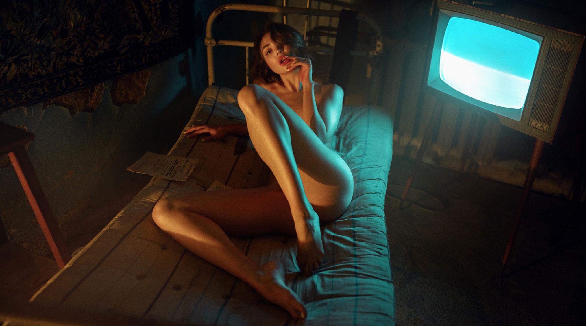 Екатерина Клигер и старый советский телевизор / фото 01