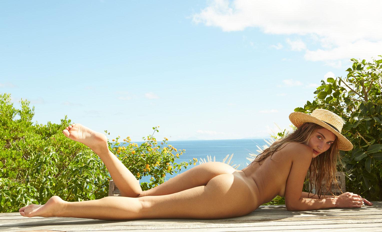 голая модель Данае ДиДжулио на райском острове Сен-Барт / фото 01
