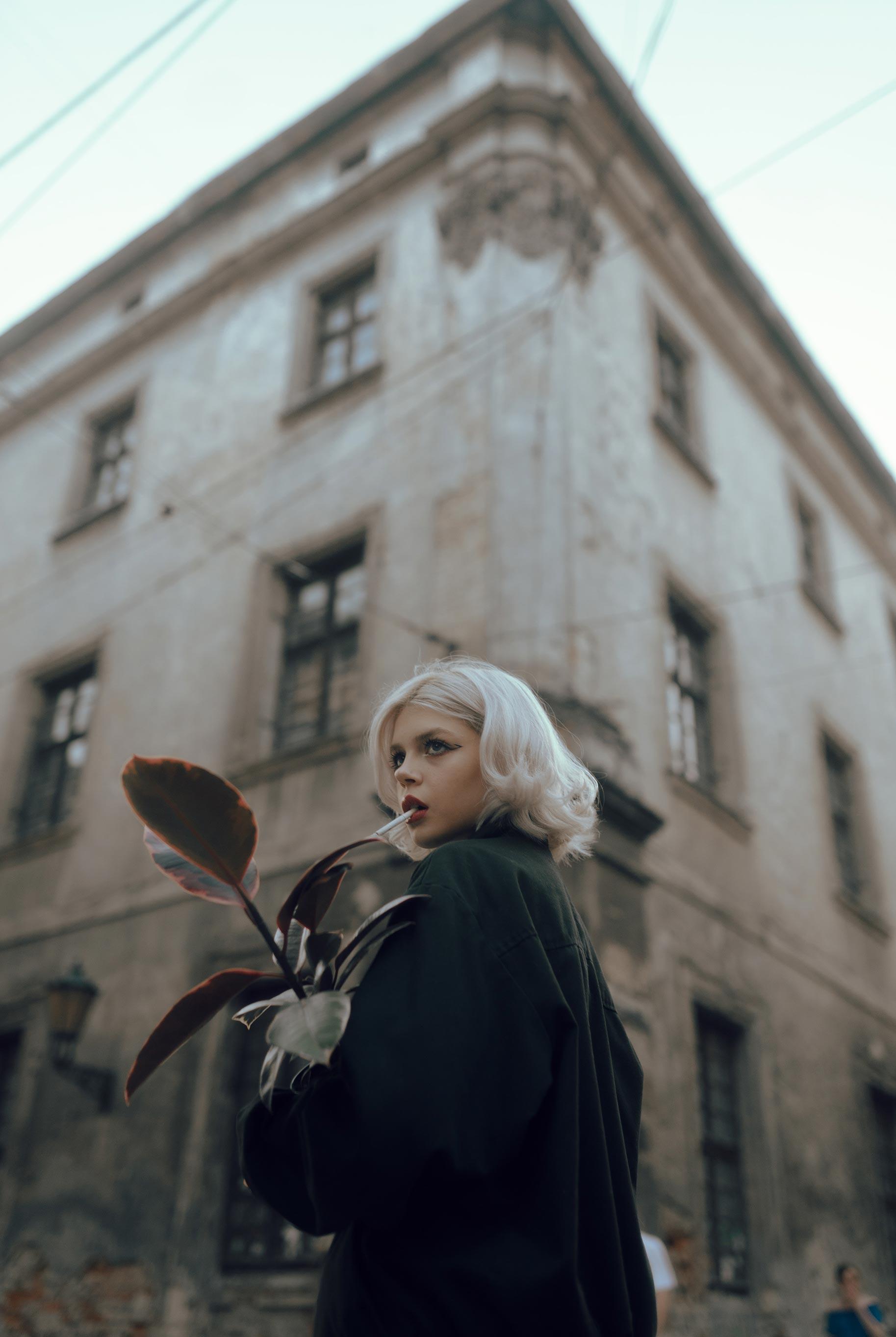 Матильда из фильма Леон на улицах Львова / фото 02