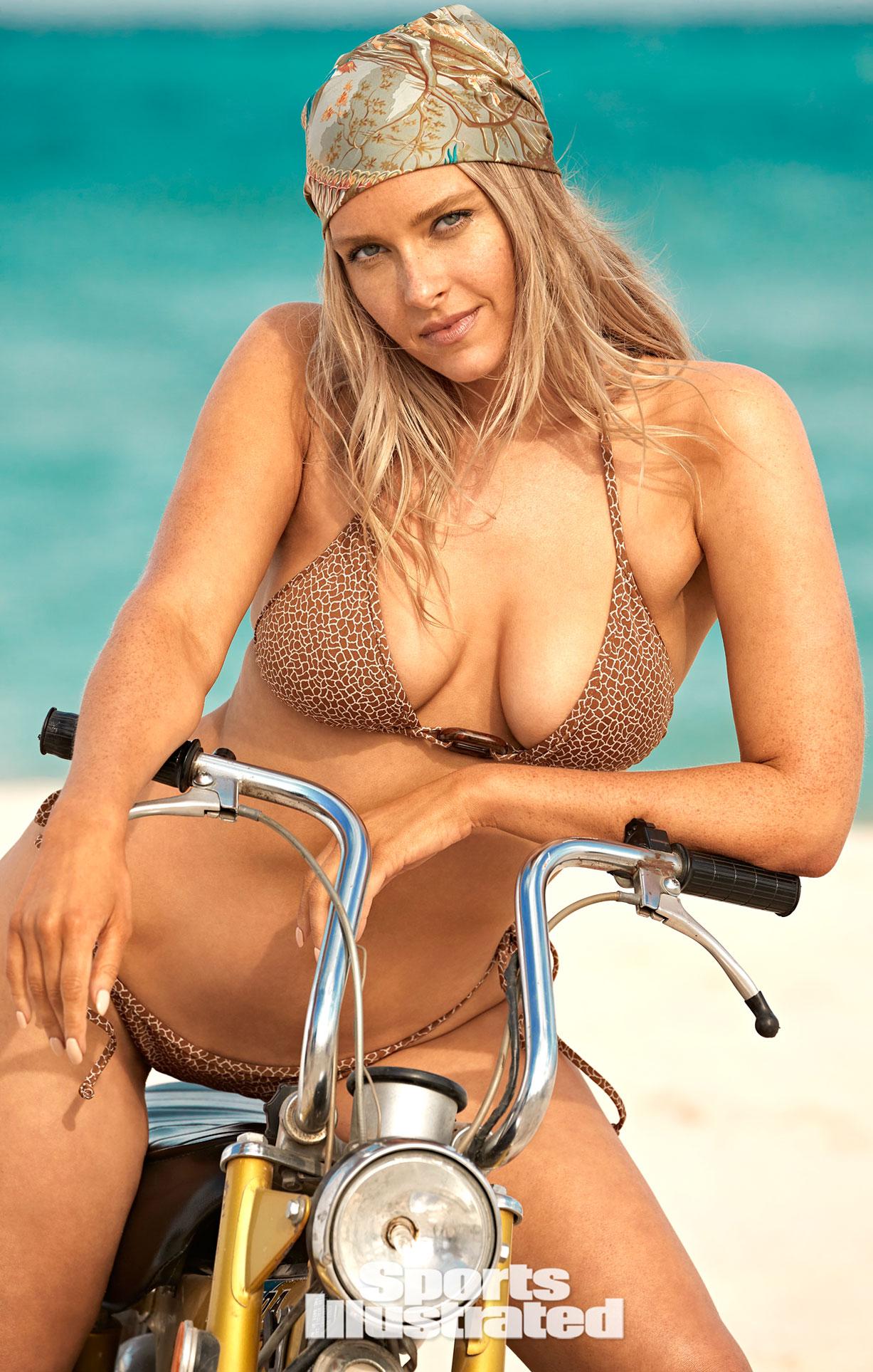 Камилль Костек в каталоге купальников Sports Illustrated Swimsuit 2021 / фото 03