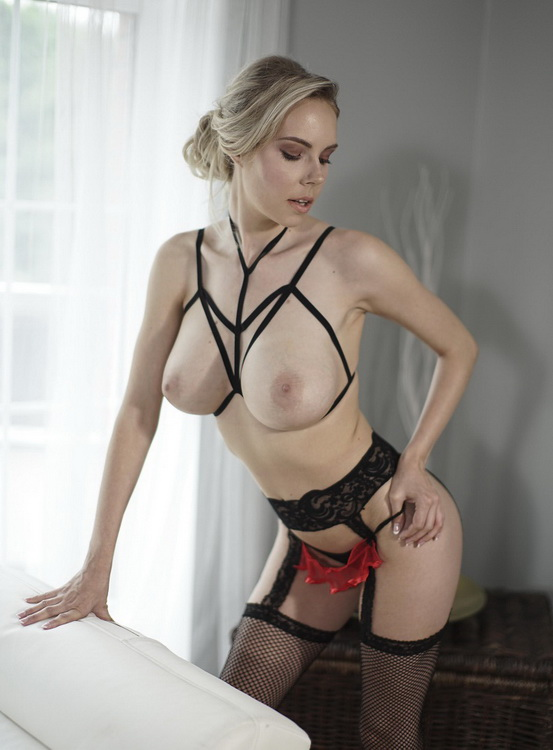 Florane Russell - Sexy blonde in fishnets and heels (2021/MomXXX/SexyHub) [FullHD/1080p/ 1.04 GB]