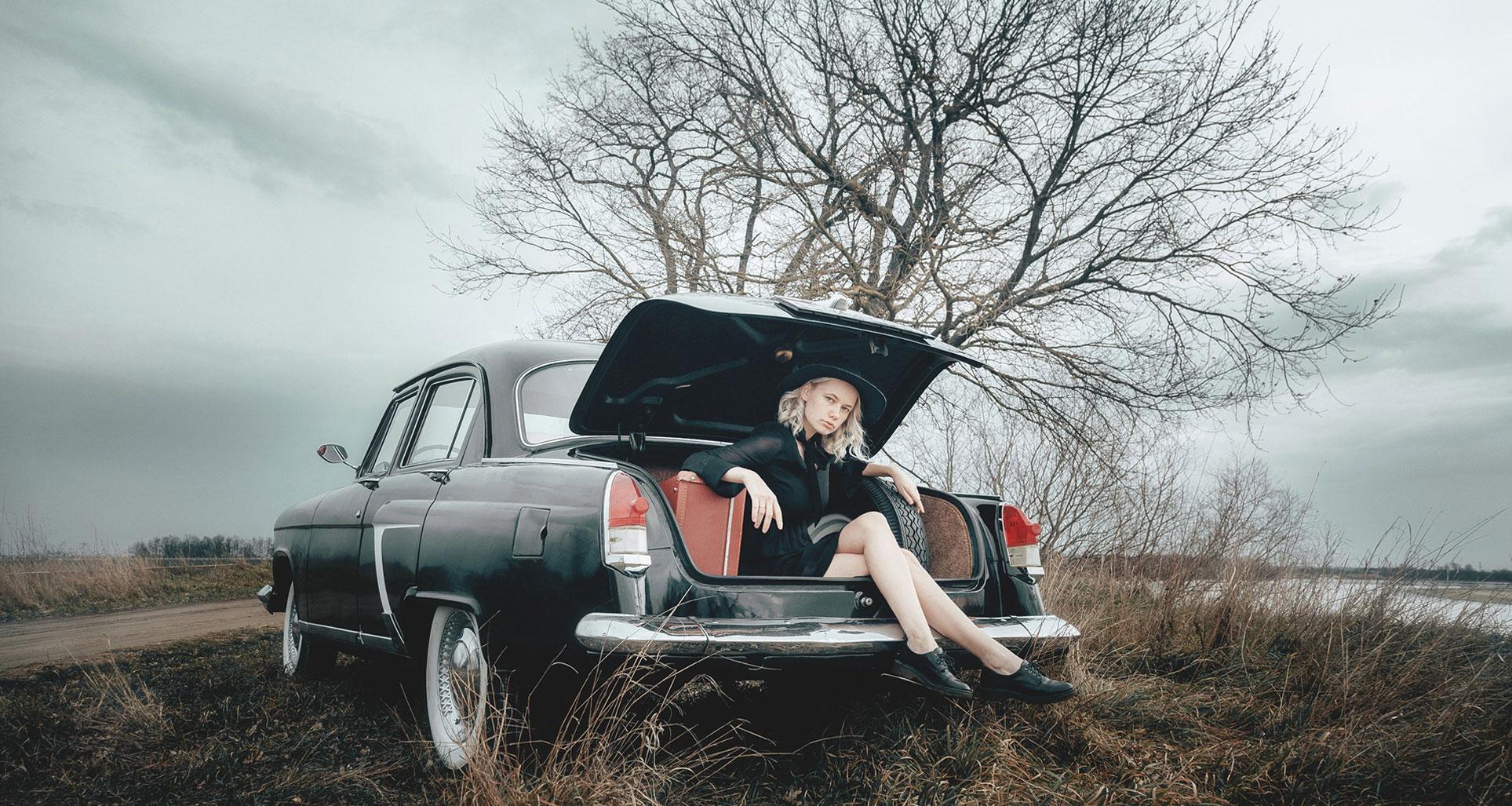 Владлена Сизонец на винтажной Волге ГАЗ-21 / фото 01