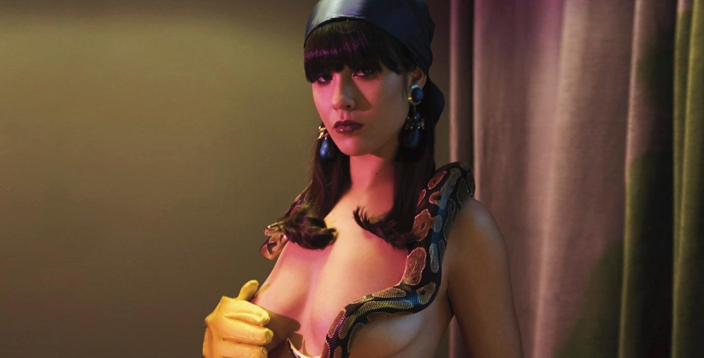 певица La Zowi - мода и змея